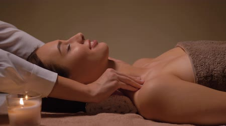 massagista : woman having face and head massage at spa