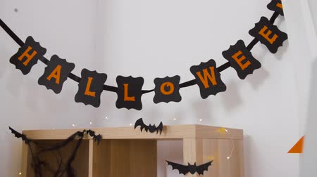 cabeçalho : halloween party garland or banner and bats at home