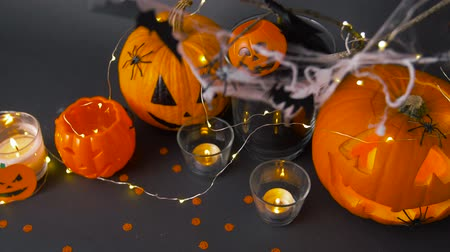 questão : pumpkins, candles and halloween decorations