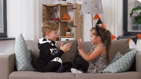 guépard : kids in halloween costumes playing game at home