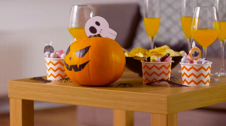 grão : halloween decorations and treats on table at home Stock Footage