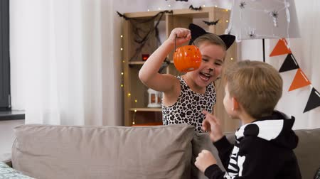 cheeta : kinderen in halloween-kostuums met jack-o-lantern Stockvideo