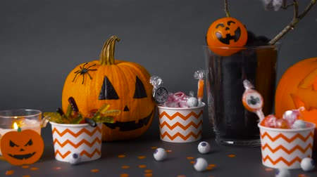 паук : pumpkins, candies and halloween decorations