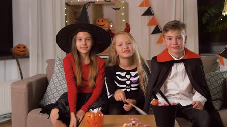 diable : enfants en costumes d'halloween s'amusant à la maison