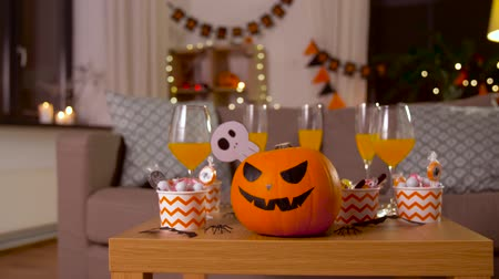 паук : halloween decorations and treats on table at home Стоковые видеозаписи