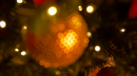 desfocado : blurred christmas ball decoration on fir tree
