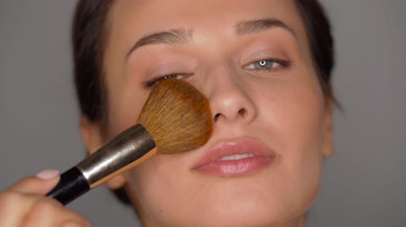 puder : beautiful woman with makeup brush