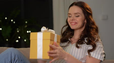 sallama : happy smiling pregnant woman with gift box at home