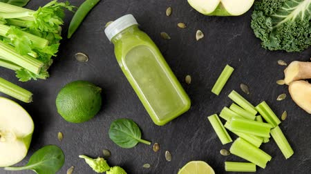 ervilhas : close up of bottle with green juice and vegetables Vídeos