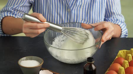 tojás : female hands whipping egg whites by whisk in bowl Stock mozgókép