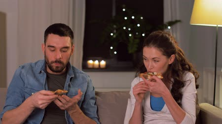 дата : happy couple eating takeaway pizza at home
