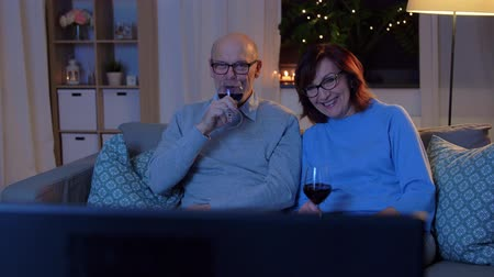 alkoholik : happy senior couple drink red wine and watch tv Dostupné videozáznamy