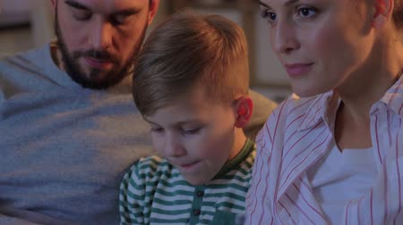 pipoca : happy family with popcorn watching tv at home