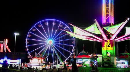 młyn : A Ferris Wheel Displays a Light Show During a Late Night Carnival Wideo