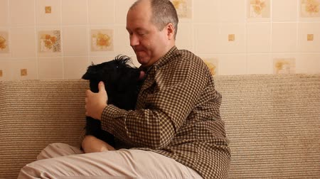 padre de familia : cachorro scottish terrier y el propietario Archivo de Video