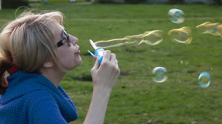 bolha : a beautiful woman blowing bubbles