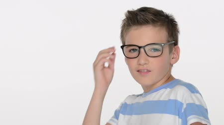 носить : Kid of ten years, wears glasses, looks at the camera Стоковые видеозаписи