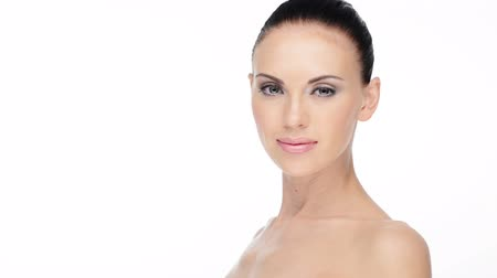 az emberi bőr : Beautiful face of young adult smiling woman with health clean skin.  Skin care concept.