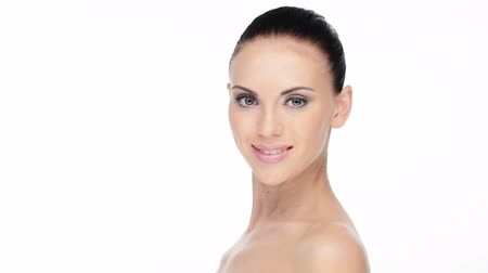 cuidados com a pele : Beautiful face of young adult smiling woman with health clean skin.  Skin care concept.