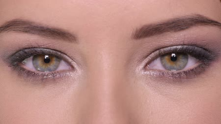 yeux ouverts : Gros plan d'ouvre femmes