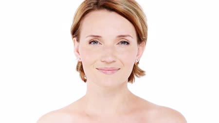 прекрасный : Beautiful healthy smiling woman with fresh  skin of face over white background