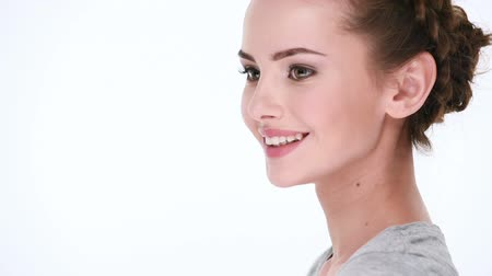 лицевой : Beautiful healthy smiling woman. Half turn view.