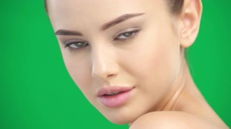 maravilha : Closeup beauty face of girl with clean skin -  over  green screen. Portrait of beautiful young woman posing at studio. Beauty treatment concept.  Skic care concept.