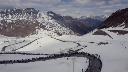 biciclette in montagna : Passo dello Stelvio Aerial 2017. Cyclists and fans at the bike race.Snowy mountains Filmati Stock