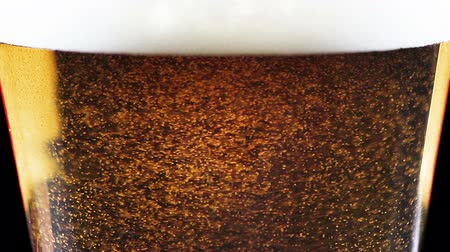 cerveja : close-up of fresh beer with foam into glass as background Vídeos