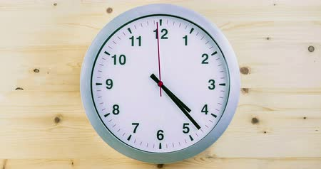 dakika : h24 hours timelapse seamless loop ready, clock hands movement, modern white metallic alarm clock on wood background Stok Video