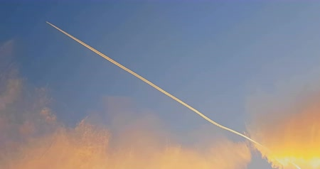 multa : airplane vapor trails across clear sunset with clouds, concept of holiday and Vídeos