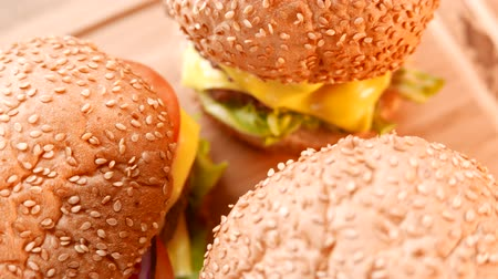 grillowanie : Three fresh appetizing hamburgers with a salad and tomato. Closeup