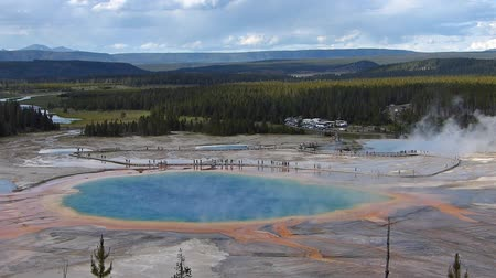 geiser : Luchtfoto van Grand Prismatic Spring in Midway Geyser Basin, Yellowstone National Park, Wyoming, Verenigde Staten Stockvideo