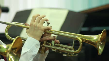 trombeta : mans hands playing a wind instrument