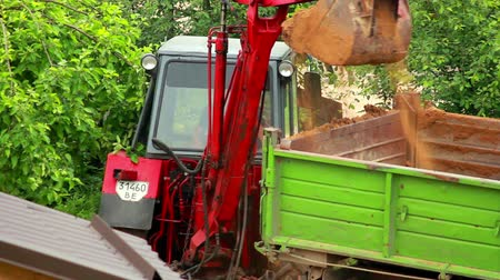 müteahhit : excavator loads the ground in the truck Stok Video