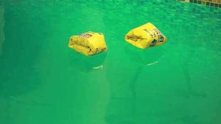 salva vidas : buoys floating on the calm water in the pool Vídeos