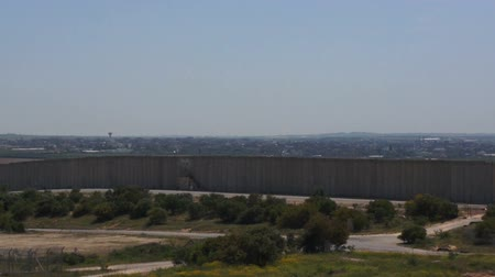 borders : large concrete wall lengthwise Gaza to Israel
