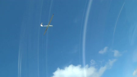 szybowiec : glider soars through the air, its filmed with another glider