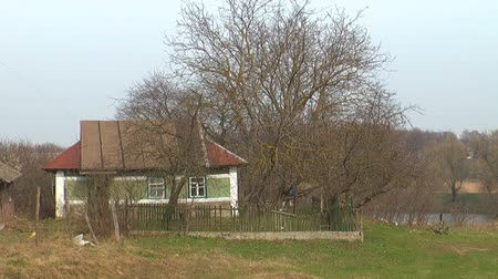 традиционный : small houses stand on the streets of the village