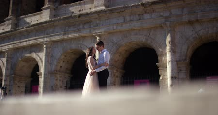 resimlerinde : Pretty Young Romantic Couple Tourists Rome Coliseum Kissing Flower Romance vacation Engaged Stok Video