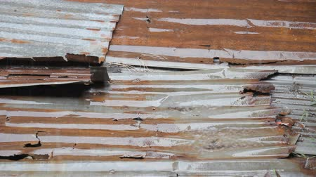 çinko : Rain drops dripping to rusty corrugated iron roof.