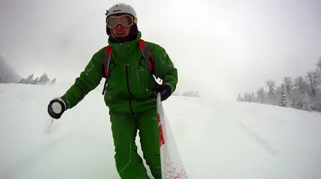 winter sport : Ski sport man afdaling op winter met slow motion Stockvideo