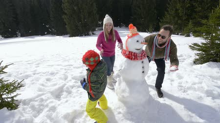 kardan adam : happy family making snowman