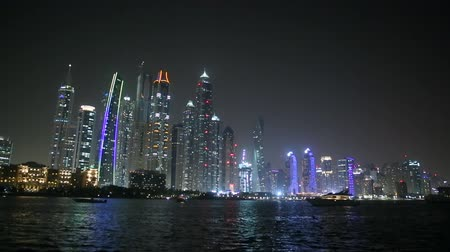 árabe : Skyscrapers of Dubai at night and the boat