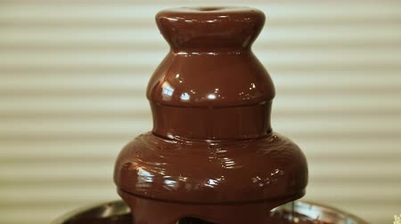 diferansiyel odak : Chocolate fountain hot liquid flowing down tower pyramid