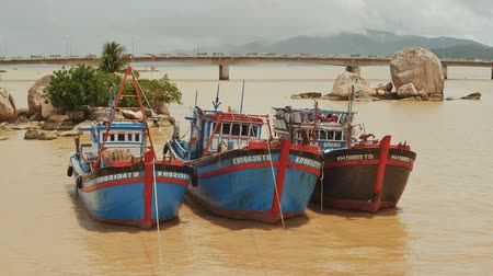 вьетнамский : Fishing boats with red flags in Nha Trang, Vietnam. Стоковые видеозаписи