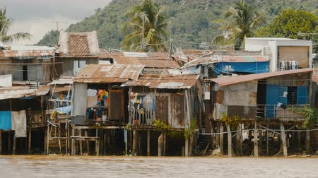 yoksulluk : Slums in Nha Trang. Houses on the river.