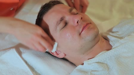 shiatsu : Face cleaning. Massage the face and neck.