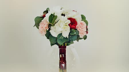 ortanca : A wedding bouquet of hydrangea, pion-shaped rose, carnation and eucalyptus greens. Bouquet in rotation. Stok Video