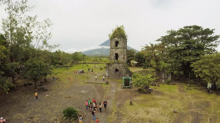 montar : Legazpi, Philippines - January 5, 2018: Aerial views the ruins of Cagsawa church, showing Mount Mayon erupting in the background. Cagsawa church. Philippines.